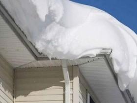 Сход скопившейся на крыше снежной массы очень опасен,   поэтому необходимо соблюдать меры безопасности